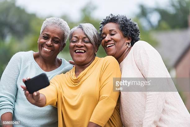 Femme Senior prenant un selfie noir
