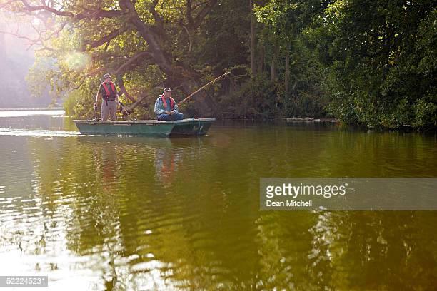 Senior Freunde auf einem kleinen Boot Fischen