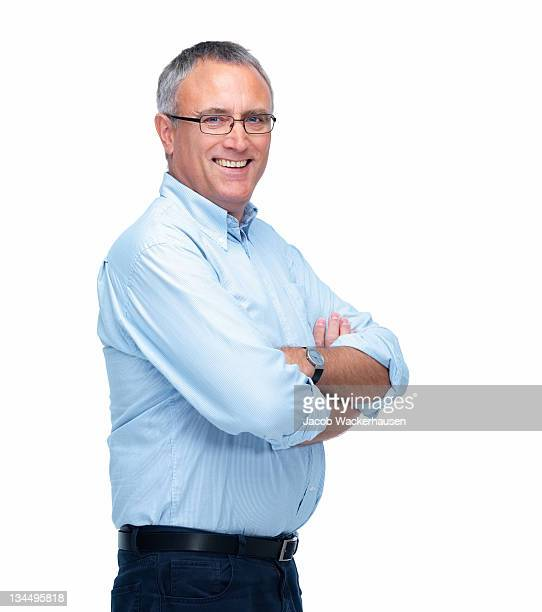 Leitenden Geschäftsmann lächelnd vor weißem Hintergrund.