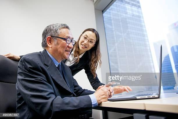Leitender Geschäftsmann am computer