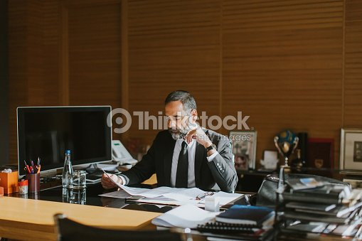 Homme daffaires senior travaillant sur ordinateur portable au bureau
