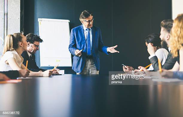 Senior hommes d'affaires donnant une présentation