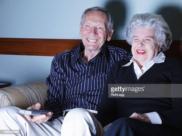 Senior paar beobachten Fernseher