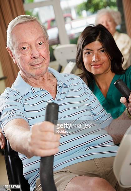 Senior Mann mit Krankenschwester Training