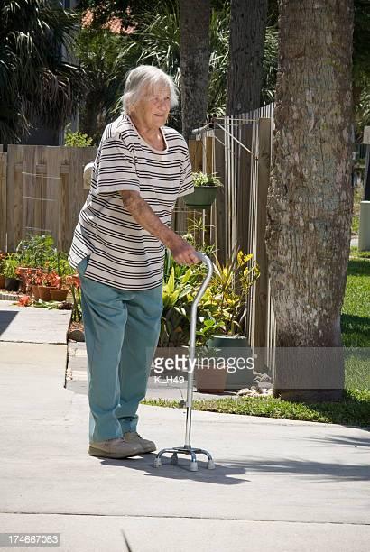 Senior citizen con un bastone