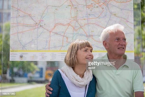 Altes Paar in einer Bushaltestelle