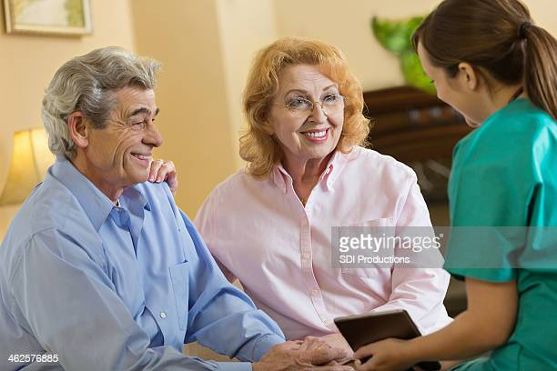 couple Senior au rendez-vous avec la santé Infirmière