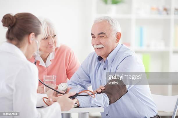年配のカップルで医者のオフィス