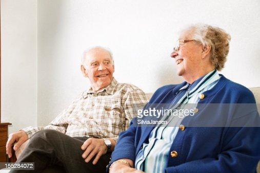 Amour couple senior à la maison