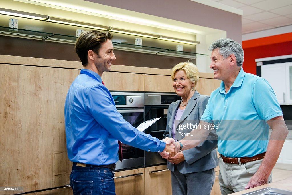 Couple de personnes âgées acheter une nouvelle cuisine : Photo