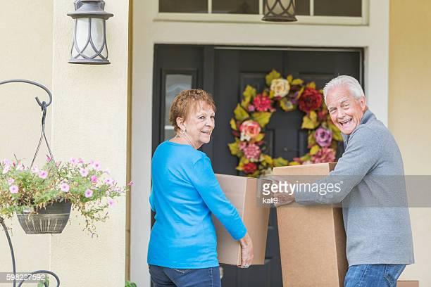 高齢者のカップル通電ボックスをホテルのフロントドア