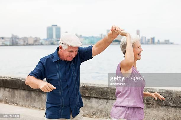 Senior pareja bailando y divirtiéndose