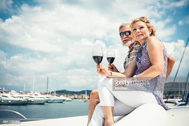 Couple Senior boire du vin sur le bateau