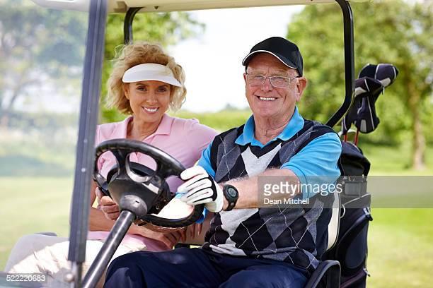 Altes Paar Fahren ein Golfwagen