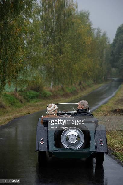Altes Paar fahren auf ländliche Straße im Oldtimer