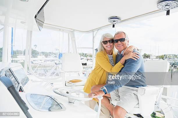 Altes Paar umarmen auf Boot mit Sonnenbrille
