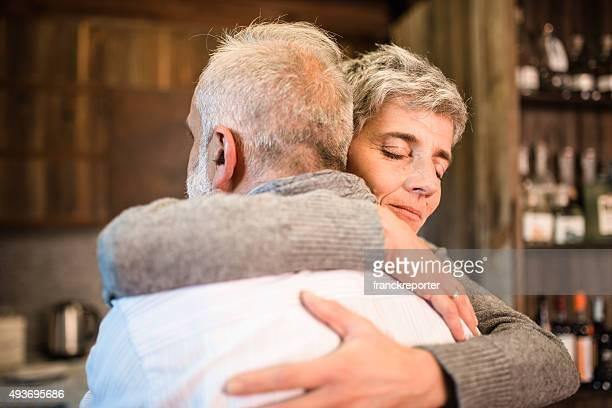 Altes Paar umarmen leidenschaftlich im Haus-support-Konzept