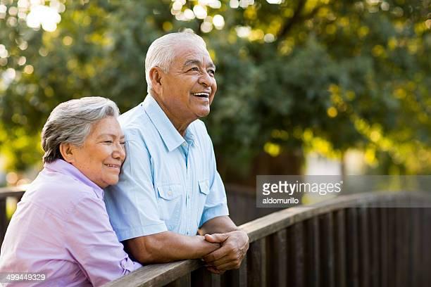 Altes Paar Genießen Sie nachmittags auf der Brücke