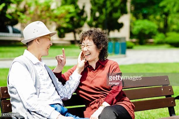 senior par disfrutar de un día soleado en el parque