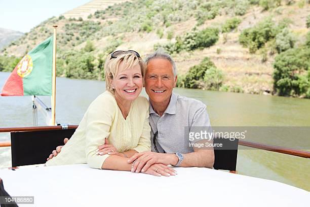 couple Senior en dégustant un bateau pour les fêtes de fin d'année