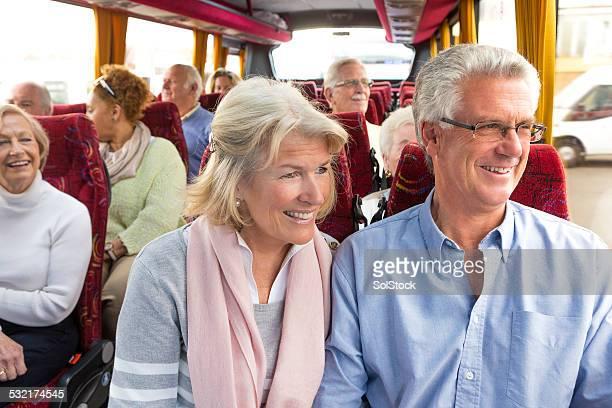 Altes Paar Genießen Sie die Busfahrt