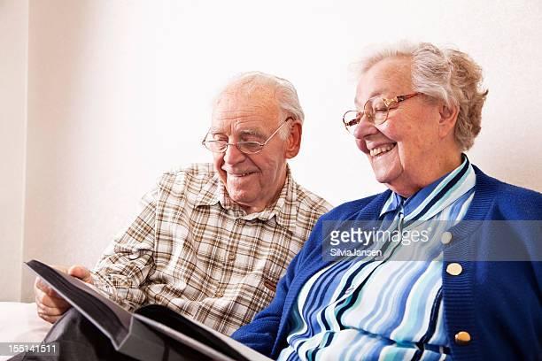 senior couple heureux avec des souvenirs