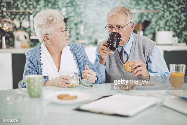 Coppia Senior avendo colazione insieme