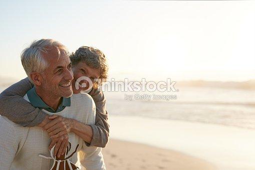 Senior par divirtiéndose en la playa : Foto de stock
