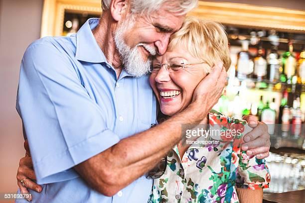 senior couple s'amuser ensemble