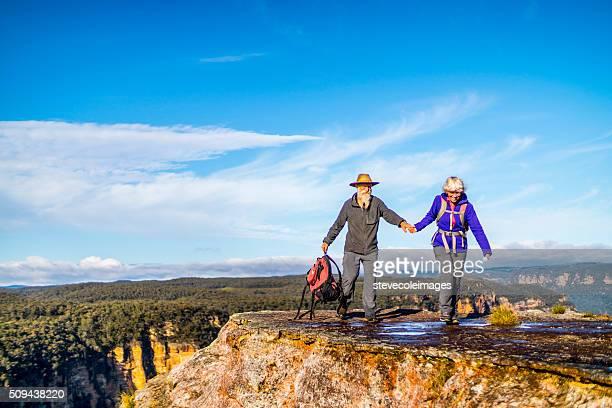 Coppia Senior escursioni nell'outback Australia.