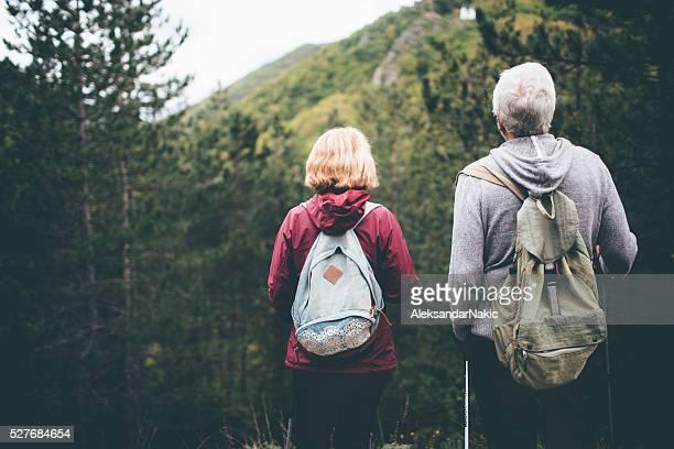 Senior couple en randonnée