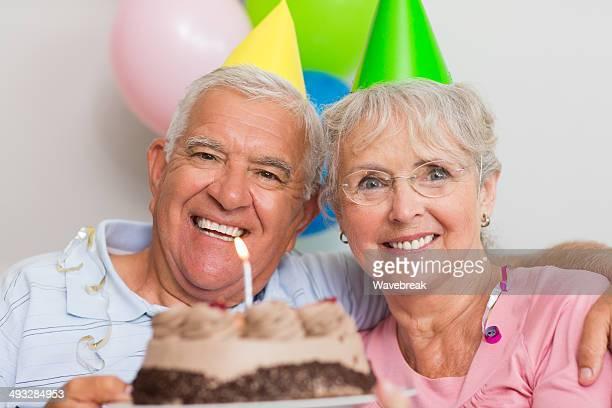 Senior par organizar pastel de cumpleaños