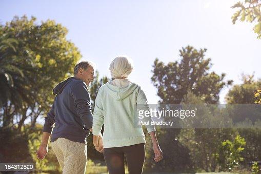 Altes Paar Hand in Hand und walking im park