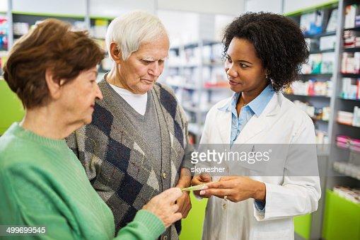 年配のカップルには、薬局ます。