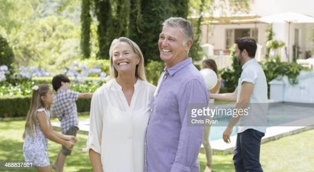 Altes Paar im Garten mit der Familie