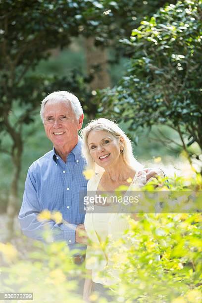 Altes Paar im park lächelnd