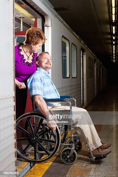 年配のカップルには、地下鉄のアクセシブル