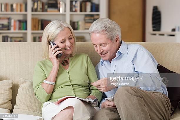 couple Senior en regardant une brochure