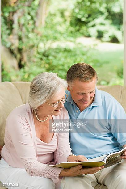 couple Senior en regardant brochure