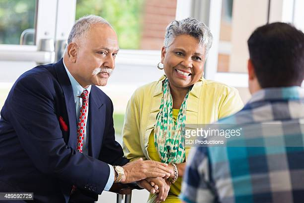 couple Senior réunion ensemble pour mariage de conseils