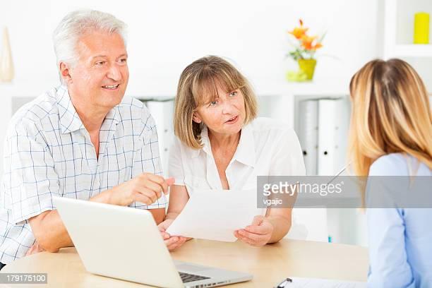 年配のカップル会議ファイナンシャルアドバイザーにます。