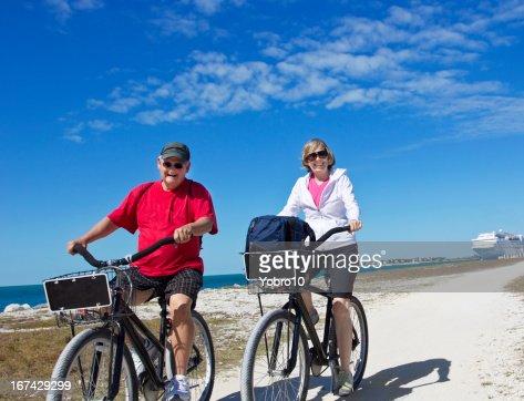 Pareja Senior en Paseo en bicicleta mientras disfruta de sus vacaciones en crucero : Foto de stock
