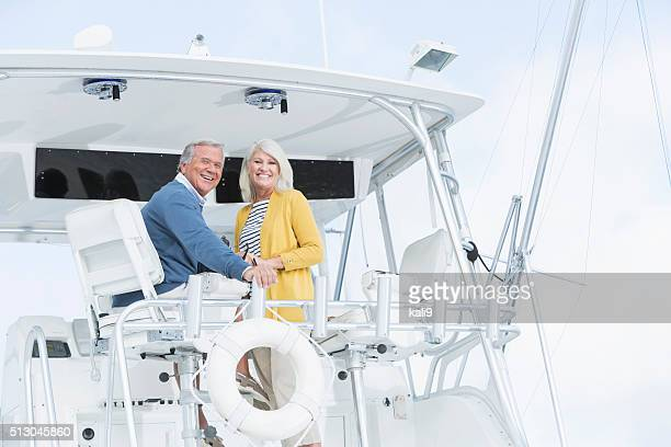 Senior Paar in Luxus-Boot lächelnd in die Kamera