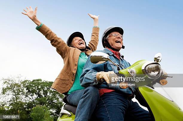 Senior Couple sur Scooter