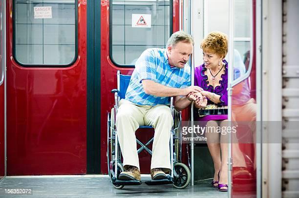 年配のカップルには、車椅子でのアクセスが可能な地下鉄