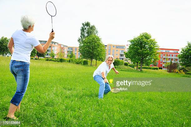 Pareja senior jugando bádminton