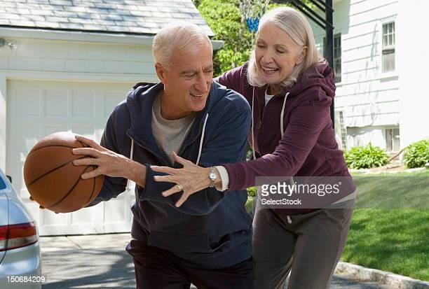 Altes Paar spielen basketball