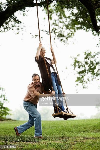 Coppia Senior giocando su un Altalena