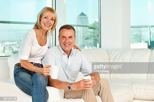 Senior paar Entspannung in modernen Apartment