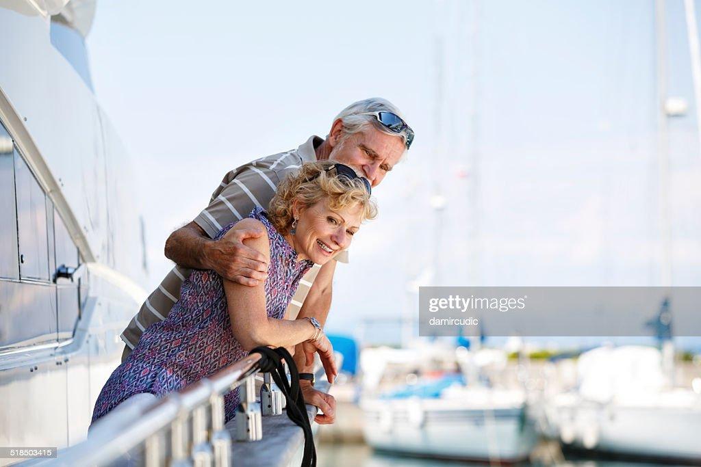 Senior par relajante en yate : Foto de stock
